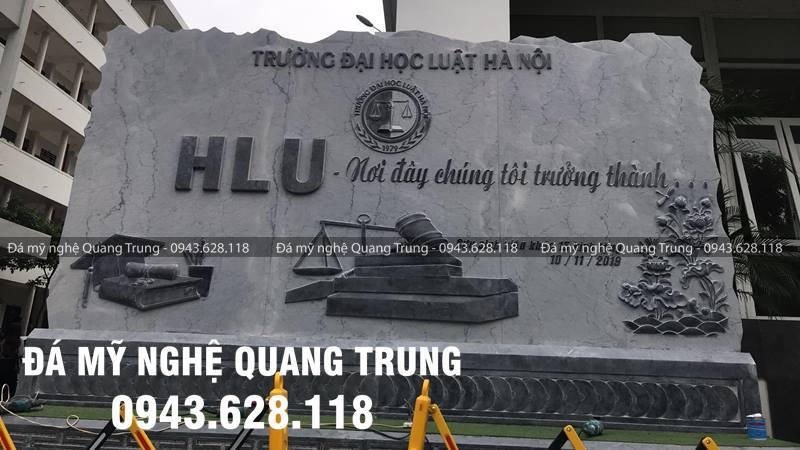 Hinh anh Bia da tu nhien bang da xanh reu nguyen khoi cua Truong Dai hoc Luat Ha Noi