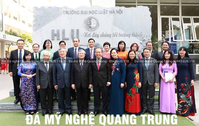 Tap the lanh dao nha truong chup anh cung voi Dong chi Tran Quoc Vuong - Thuong truc Ban bi thu Dang Cong san Viet Nam